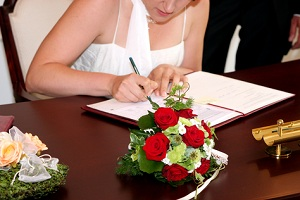 Standesamtliche Hochzeit mit wunderschönen Eheringen von Trauringe-Goldschmiede.com - einfach im Shop bestellen
